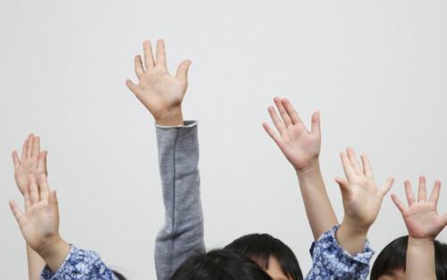 手を挙げる