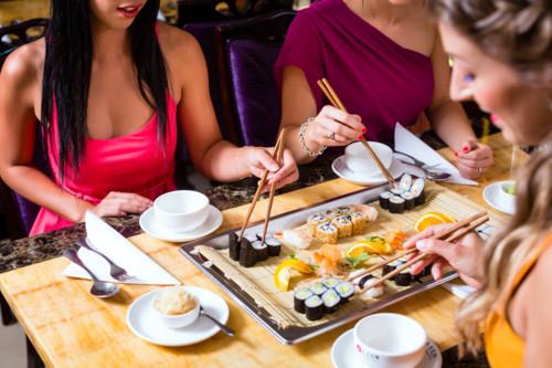 寿司を楽しむ女性