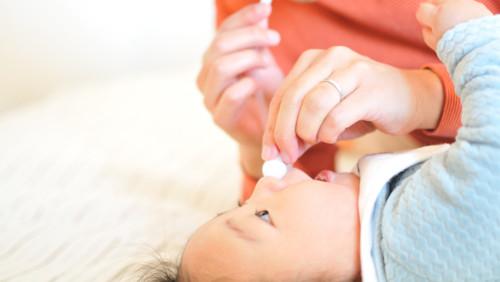 鼻を吸われる赤ちゃん