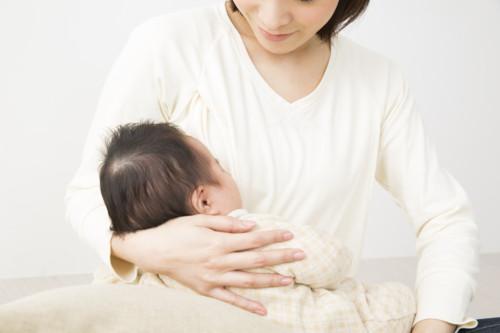 母乳をあげるママ