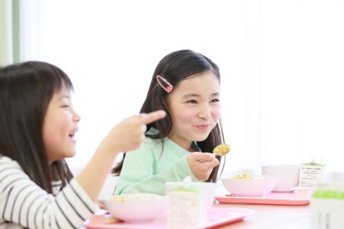 ねぎを食べる子供