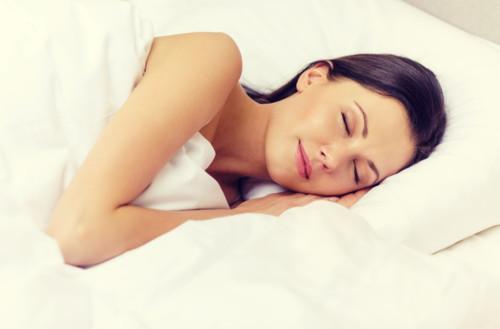 就寝時や横になる時は左半身を下にする