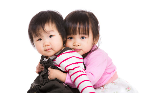 赤ちゃん抱きつく 姉妹 日本人