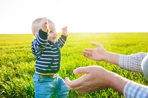 赤ちゃんのペースに合わせて、伝い歩きの時期を過ごしましょう