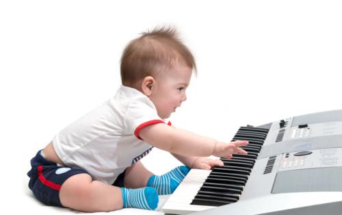ピアノのおもちゃを持っている子供のママたち♡