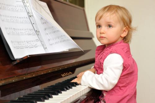 子供がピアノのおもちゃで遊びすぎて勝手に鳴る…