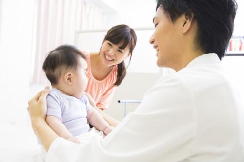 中耳炎で診察をする赤ちゃん