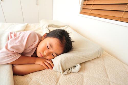 夜 ベッド 子供