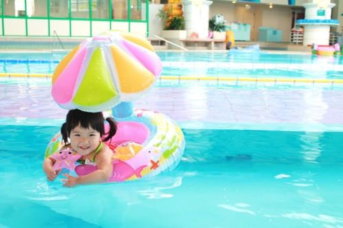 女の子 プール