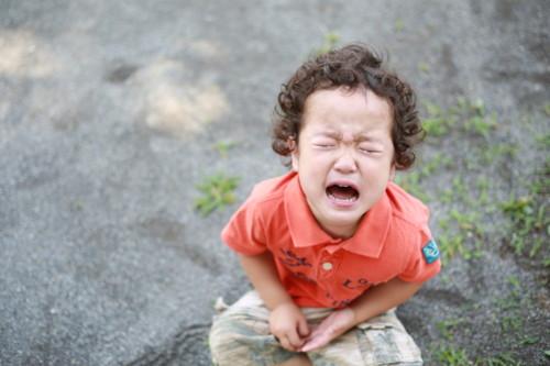 泣く 男の子