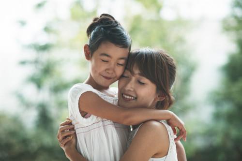 抱きしめる ママ