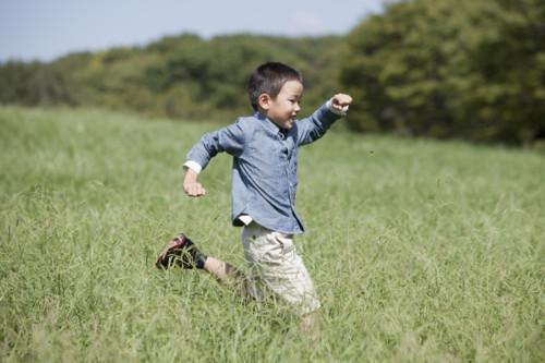 男の子 芝生
