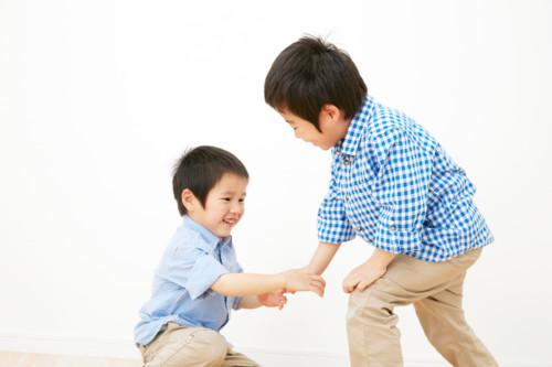 手を差し伸べる 子供