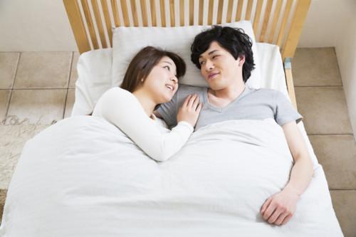 男女 ベッド