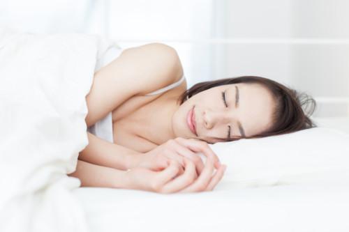 寝る 女性