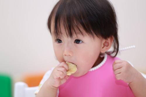 子供 つかみ食べ