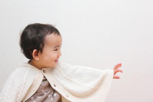 赤ちゃん 手を伸ばす